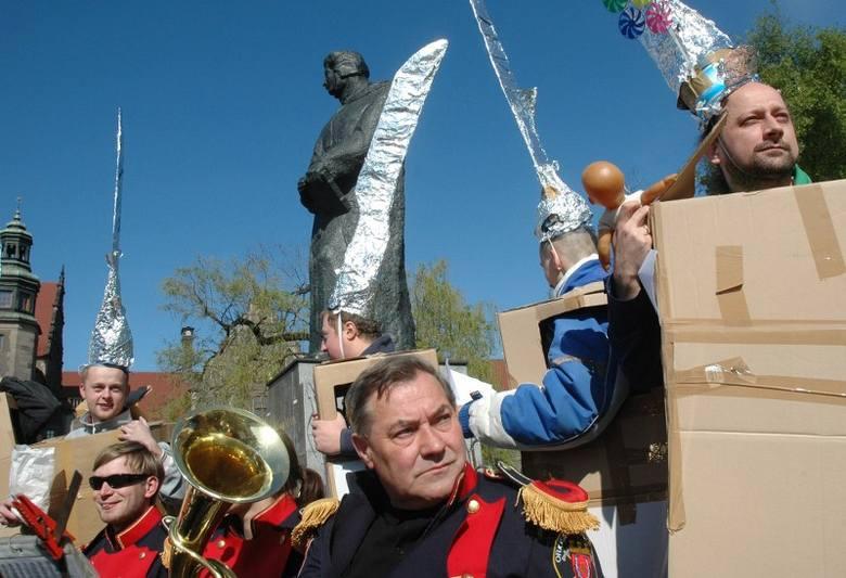 """W 2007 roku uczestnicy akcji """"Naszość"""" przebrani za brzytwy skandowali: """"My jesteśmy brzytwy z Kwaśniewskiego sitwy&q"""