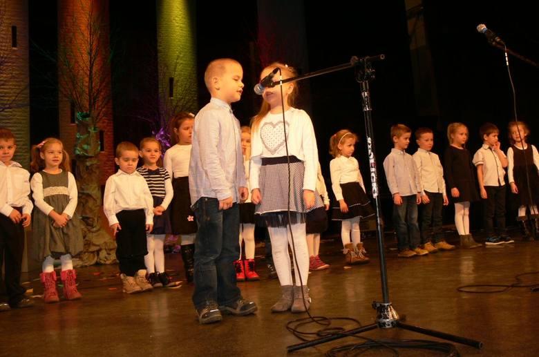 """Koncert """"Pomost serc"""" z udziałem dzieci i młodzieży nagrodzono gromki brawami."""
