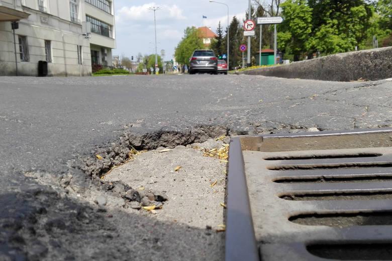 Do naprawy jest 400 odcinków ulic w mieśce, w  sumie to ponad 74 kilometry. ZIM alarmuje. Na zdjęciu ulice: Dunikowskiego, Piekiełko, Jaracza i Kopernika