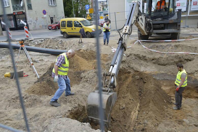 Resztki naczyń wykopano podczas prac na odcinku ul. Sikorskiego pomiędzy Starym Domem Towarowym a Biedronką, tuż koło magistratu. Olbrzymi dół wykopała