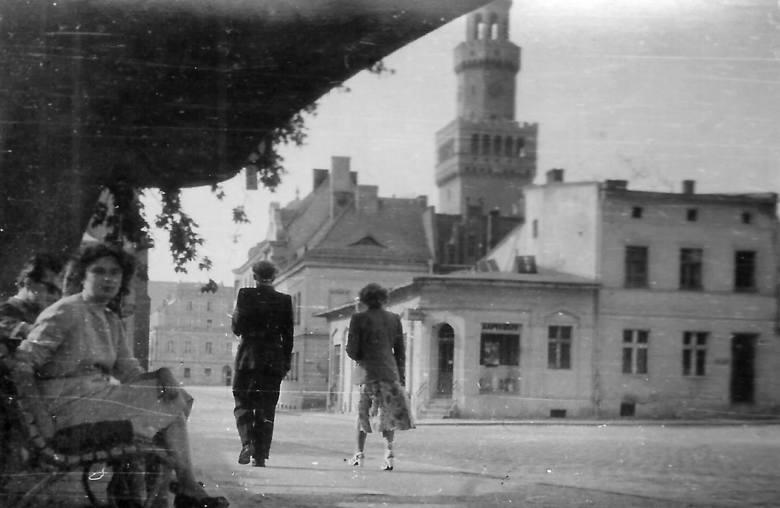 Elżbieta Wadasowa na przystanku na placu Wolności w Opolu. W tle nieistniejące budynki – dziś stoi tam szklany bank. To jedno z setek zdjęć wykonanych przez Jerzego Wadasa w Opolu, które pieczołowicie przechowuje jego córka – Joanna Korzec, absolwentka chemii WSP w Opolu, nauczycielka w Kątach...