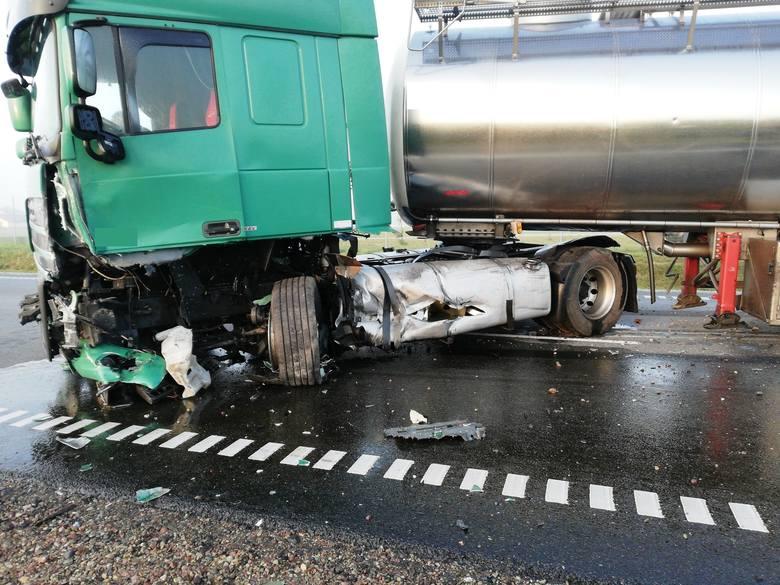 Kierowca terenowego forda z niewyjaśnionych przyczyn zderzył się z ciężarowym dafem.