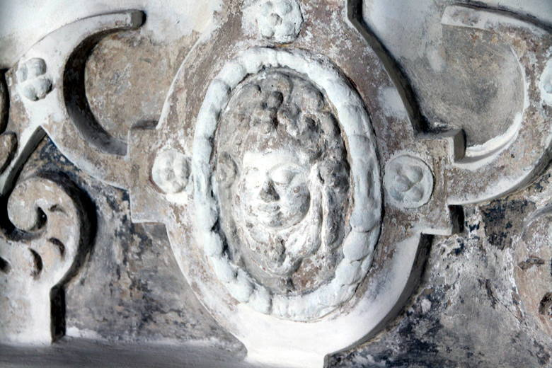 Detal z kaplicy Firlejów, stan przed zakończeniem renowacji.