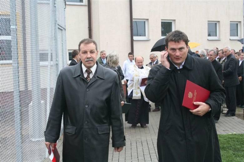 Wójt Jacek Murawski (z lewej) i wiceminister Tomasz Półgrabski podczas otwarcia Orlika w Nurze