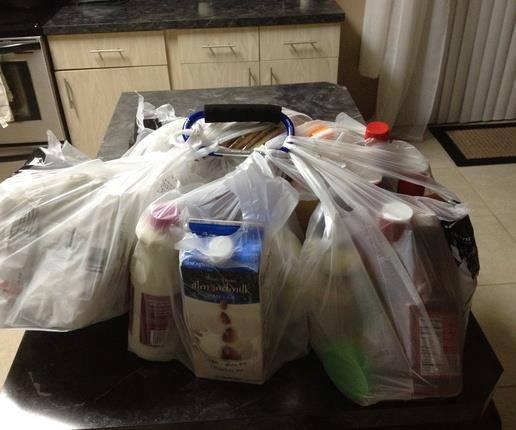 Jeśli musisz przenieść dużą ilość zakupów naraz, zepnij je dużym karabińczykiem.