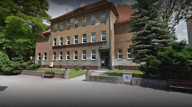 SZKOŁA PODSTAWOWA NR 2 W GŁUCHOŁAZACH, Szkoła RokuIstnieje od 1955 roku. Obecnie pod opieką 40 nauczycieli i wychowawców uczy się tu 200 dzieci. Szkoła