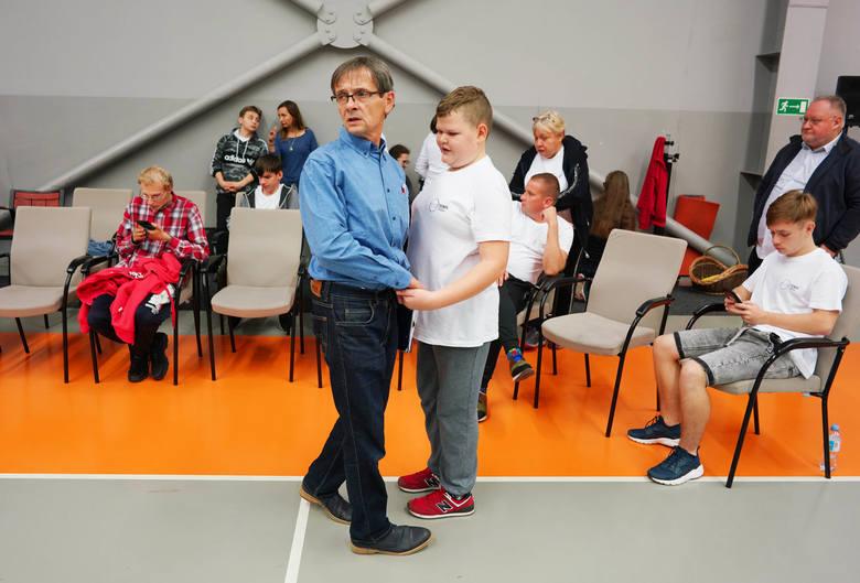 Mateusz przyjmuje ostatnie wskazówki od trenera Leszka Szmaja przed meczem.