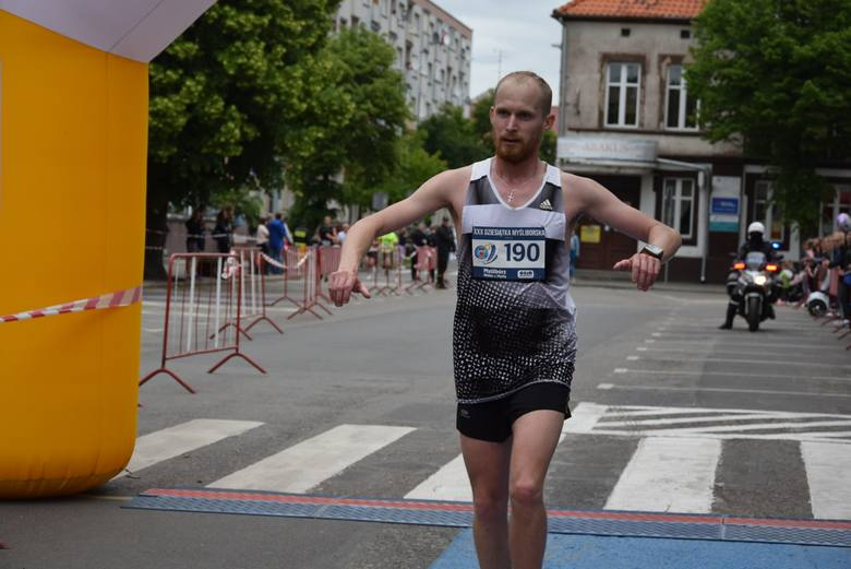 Marcin Zagórny triumfuje w biegu w Myśliborzu. Wystartowało niespełna 200 zawodników.