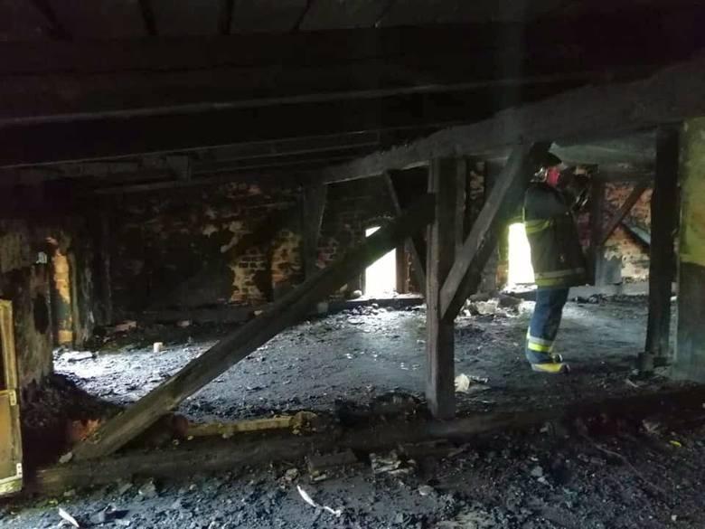 Pożar budynku wielorodzinnego (byłej szkoły) w Wierzbicy Dolnej.