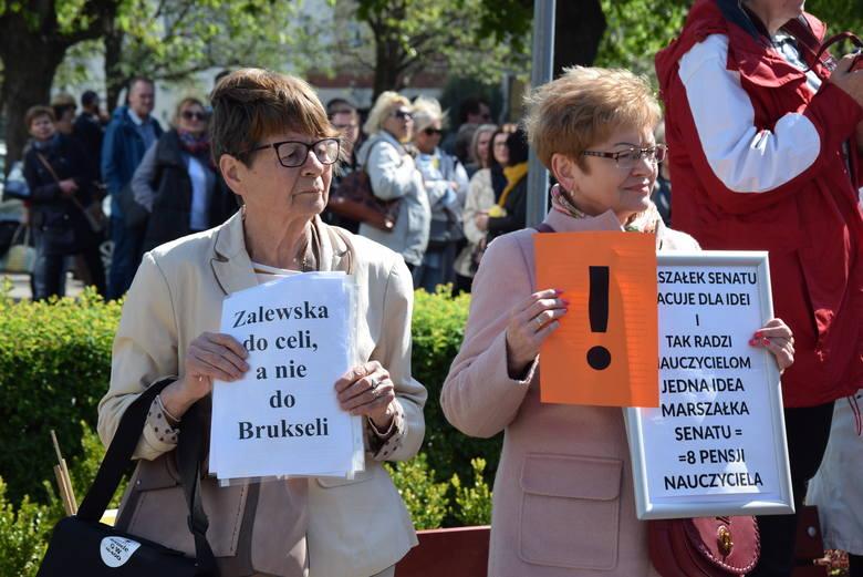 Nauczyciele z Gorzowa spotkali się przy Lubuskim Urzędzie Wojewódzkim. Nie zmaierzają przerywać strajku.