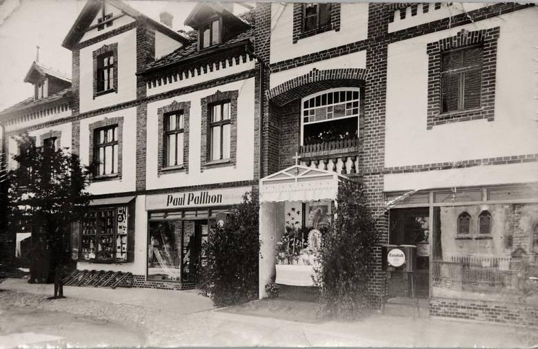 W środku wsi okazałe budynki mieli dwaj bogaci kupcy z Zębowic: Rudolf Poremba  i Johannes Barnert. Rudolf Poremba prowadził w budynku przy ul Oleskiej