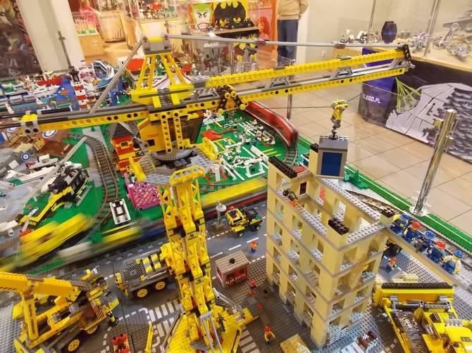 Niesamowita wystawa w Gorzowie! Dzieci poczują się tu jak w bajce! Cezary Siwek z klocków Lego buduje prawdziwe cuda. Popatrzcie na niektóre z konstrukcji.