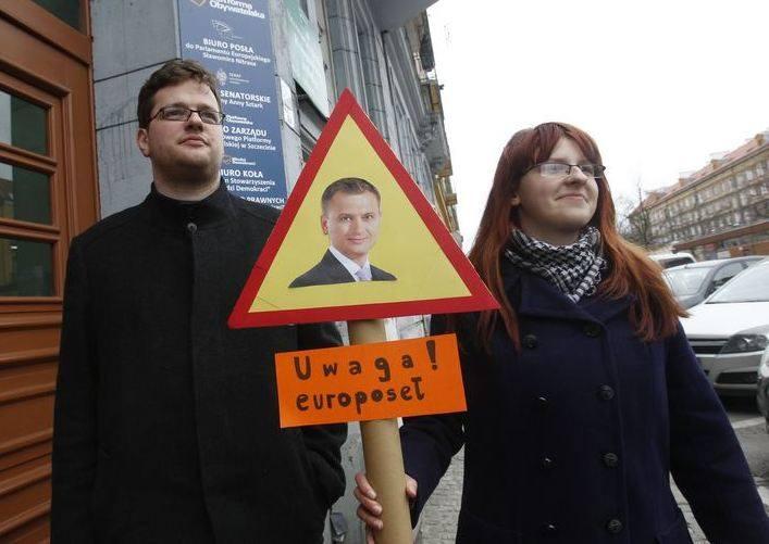 """Młodzieżowcy z Ruchu Palikota ze znakiem """"Uwaga! europoseł"""""""