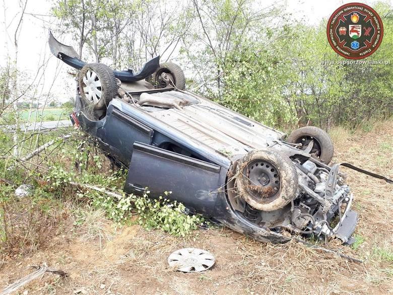 Do wypadku doszło w niedzielę o godz. 12.40  na drodze wojewódzkiej nr 487 między Praszką i Gorzowem Śląskim.Na łuku drogi kierowca citroena stracił