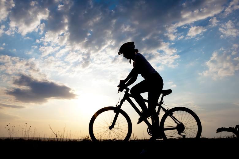 Rower górski jest rowerem najbardziej uniwersalnym, którym wjedzie się wszędzie. Za taki jednoślad trzeba zapłacić 2-3 tys. złotych i podobnie jak w