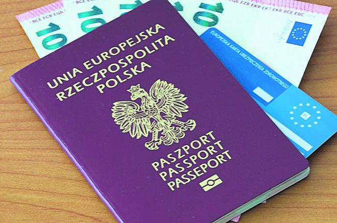 Rodzina na wakacjach. Koszty leczenia za granicą - jak uniknąć problemów?