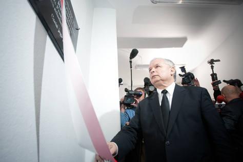 W łódzkim biurze PiS prezes Kaczyński odsłonił tablicę upamiętniającą tragiczną śmierć Marka Rosiaka, asystenta europosła Janusza Wojciechowskiego.