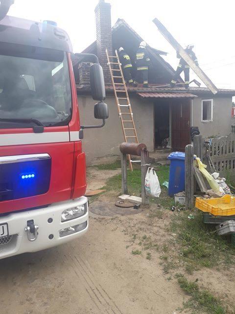 Liza Stara. Pożar domu w gminie Poświętne. Rodzina z małym dzieckiem została bez dachu nad głową