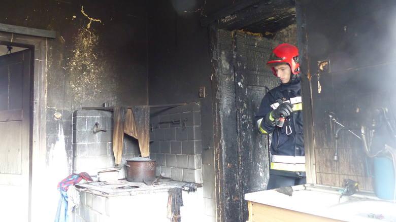 Pożar prawdopodobnie wybuchł w kuchni starego budynku. Strażacy dokładnie skontrolowali, czy wszystko zostało ugaszone.