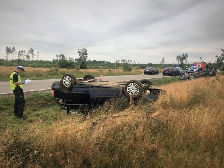 Policjanci z Bytowa szukają świadka wypadku między Wygodą a Kornem. To kierowca białego busa, który jechał w kierunku Bytowa