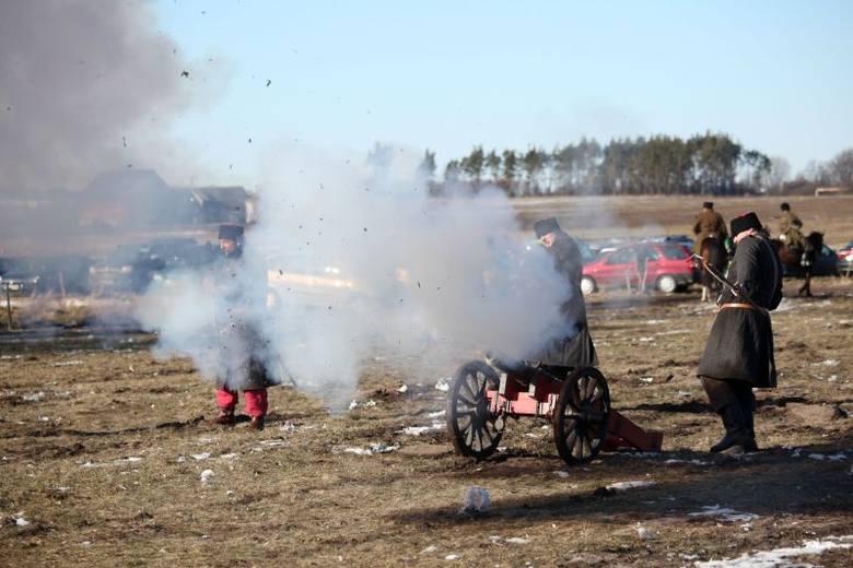 Oddziały kozackie przy wsparciu armat i piechoty kilkukrotnie szturmowały obóz powstańców