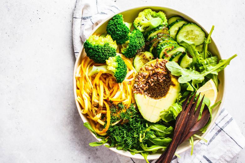 Makaron warzywny z cukinii wykonasz w kilka chwil za pomocą specjalnego nożyka. Gotowe wstążeczki umieść w miseczce. Dodaj ugotowane różyczki brokuła,