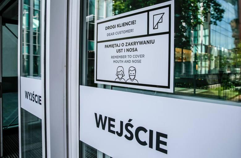 W Polsce cały czas obowiązuje nakaz zakrywania nosa i ust w sklepach.