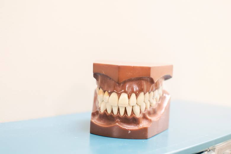 Co może być trudnego w myciu zębów? Może się wydawać, że nic, ale prawda jest taka, że większość z nas robi to źle. Myślisz, że to nie twój problem?