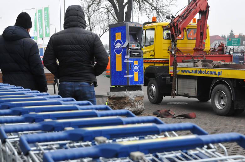 W styczniu 2015 doszło do próby kradzieży bankomatu w Osielsku. Na zdjęciu: policja zabezpiecza ślady na miejscu przestępstwa