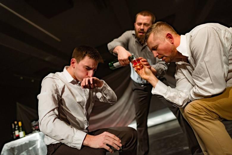"""""""Otello"""" w wydaniu Teatru Przedmieście jest tak naprawdę pełnym tęsknoty hymnem o miłości, to łkanie o miłość."""