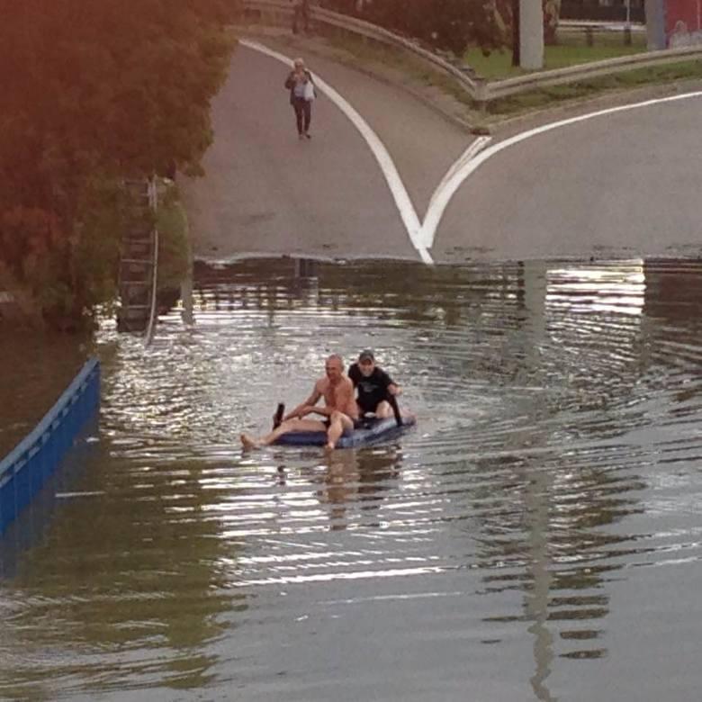 Obfite deszcze spowodowały, że całkowicie zalany został Węzeł Kliniczna. Skrzyżowanie zostało wyłączone z ruchu samochodów i tramwajów. Dwóch mężczyzn