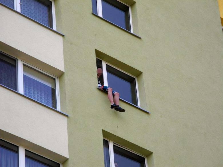 Młodzieniec siedział na parapecie okna klatki schodowej w wieżowcu przy ul. Waszyngtona 18. Mężczyzna znajdował się pomiędzy siódmym i ósmym piętrem