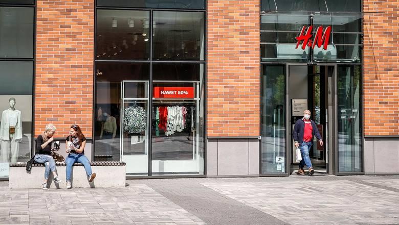 H&MH&M oferuje pracę najczęściej na stanowisku doradca sprzedaży. Lista ogłoszeń znajduje się TUTAJ;nf. Potencjalnym pracownikom oferowana