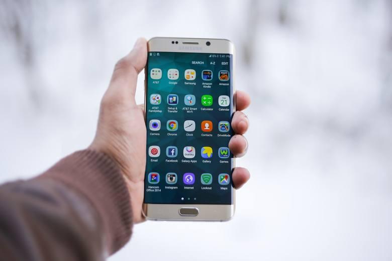 Dzięki aplikacjom mobilnym sklepów zyskują klient i sieci