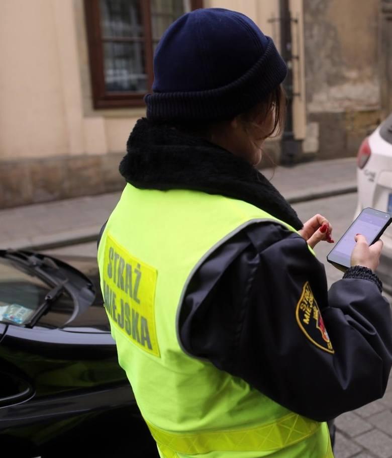 Młodszy inspektor w Straży MIejskiej w Katowicach może zarobić od 1900 do 4200 zł. W praktyce wynagrodzenie na tym stanowisku wynosi 3 155 zł