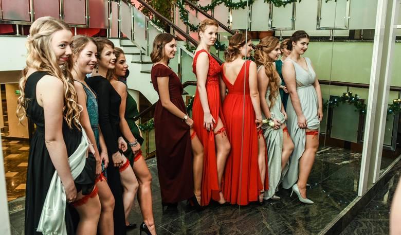 To był z pewnością niezapomniany bal. Zobaczcie jeden z najważniejszych wieczorów w życiu maturzystów VI Liceum Ogólnokształcącego w Bydgoszczy. Mamy