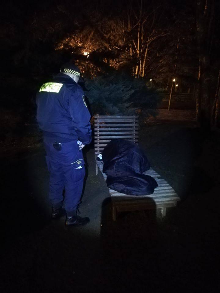 Mogą korzystać ze schroniska dla bezdomnych mężczyzn im. Brata Alberta w Inowrocławiu, ale najczęściej z tego rezygnują. Śpią w pustostanach, na działkach,
