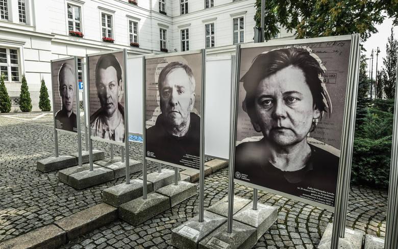 Bydgoszcz, przed urzędem wojewódzkim - wystawa pamięci ofiar operacji antypolskiej NKWD w latach 1937-38
