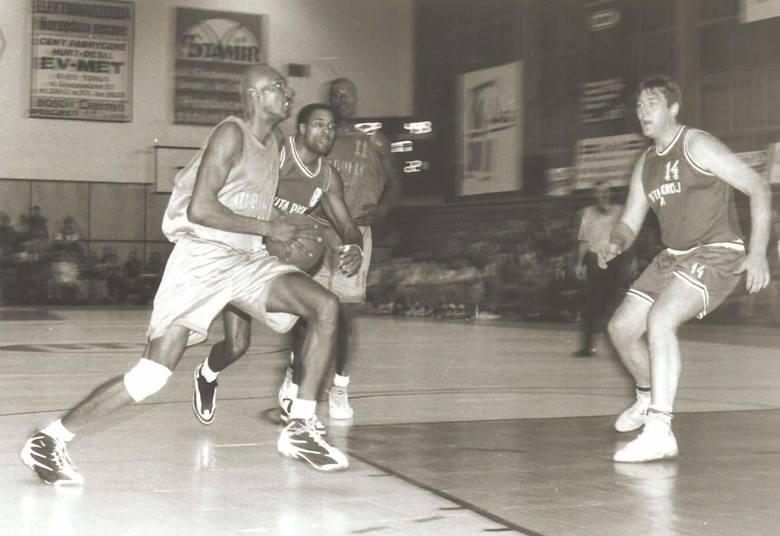Po raz kolejny zaglądamy do naszego redakcyjnego archiwum. Tym razem znaleźliśmy w nim zdjęcia sprzed 20 lat z meczów koszykówki. Klub AZS Elana Toruń