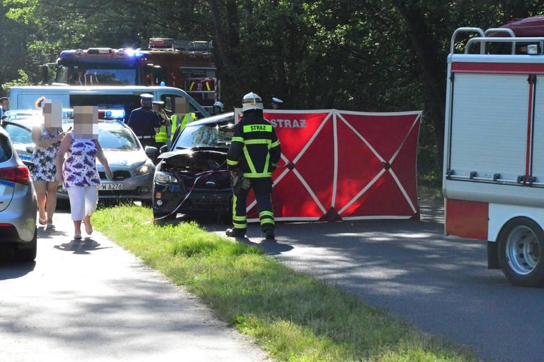 Do zdarzenia doszło około godziny 17 na drodze z Mielna - Unieście do Łaz. Kobieta, która kierowała samochodem, zginęła. Kierująca subaru jechała w stronę