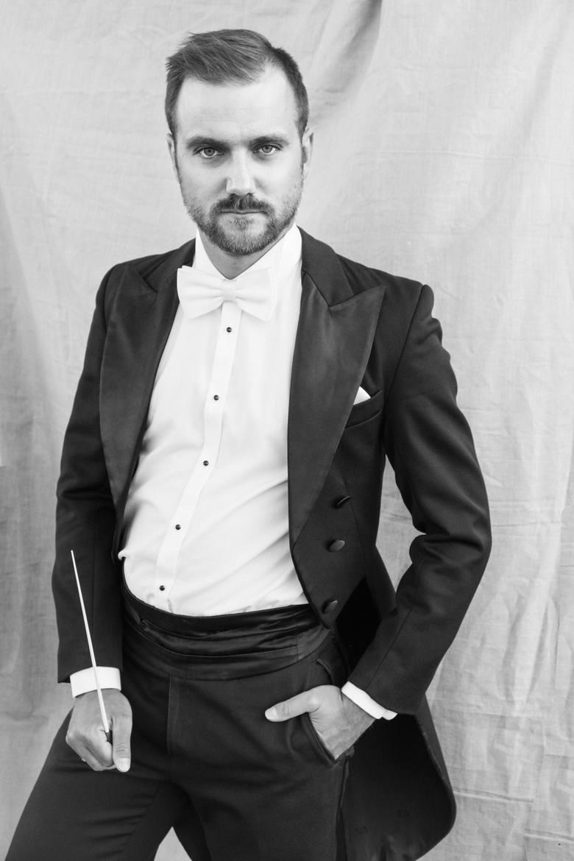 """Laureat Medalu Młodej Sztuki w kategorii """"Muzyka klasyczna"""" Jakub Chrenowicz to jeden z najbardziej aktywnych młodych polskich dyrygentów. Dyryguje w"""