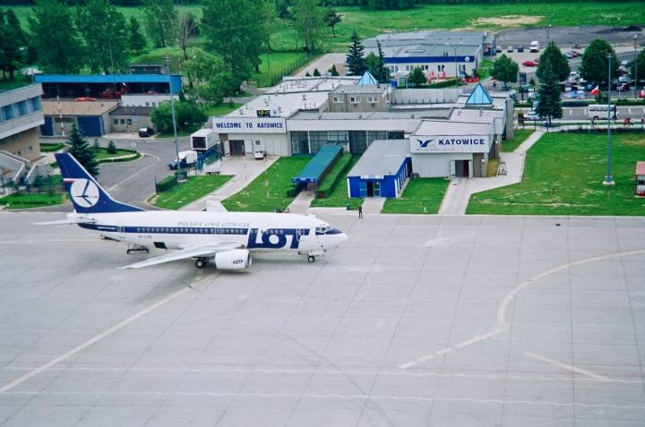 6 października 1966: Po raz pierwszy Pyrzowice zostały udostępnione dla ruchu pasażerskiego. Z lotniska wystartował pierwszy samolot Polskich Linii Lotniczych LOT do Warszawy. Ponownie uruchomiono je w latach 90.