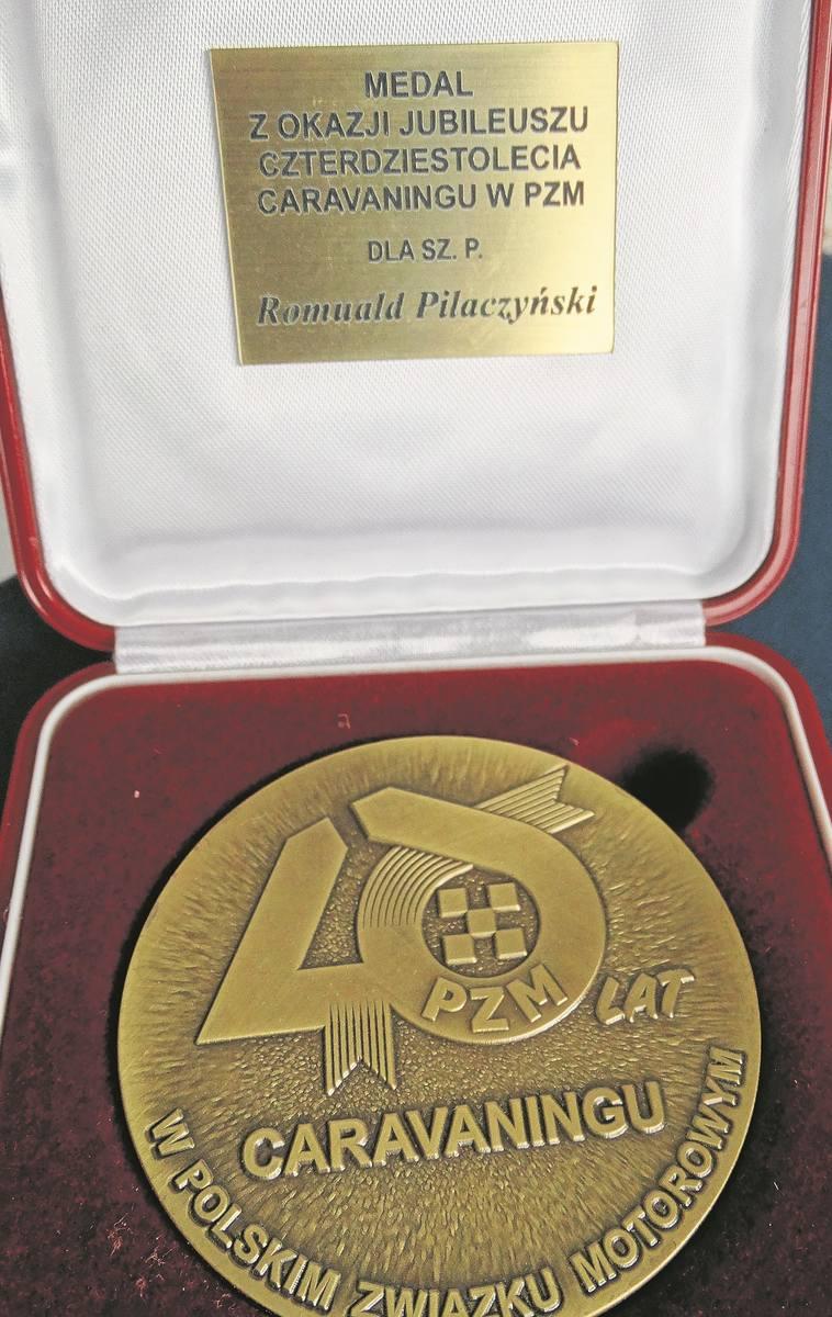 Jubileuszowy medal 40-lecia karawaningu dla Romualda Pilaczyńskiego.