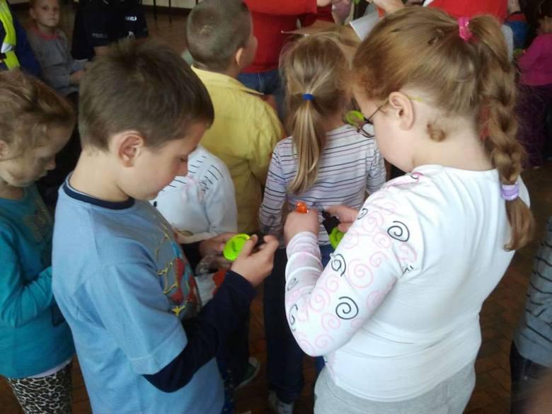 Najmłodsi uczniowie ze Szkoły Podstawowej nr 26 otrzymali wczoraj odblaski, które ufundowała Rada Osiedla Święty Łazarz