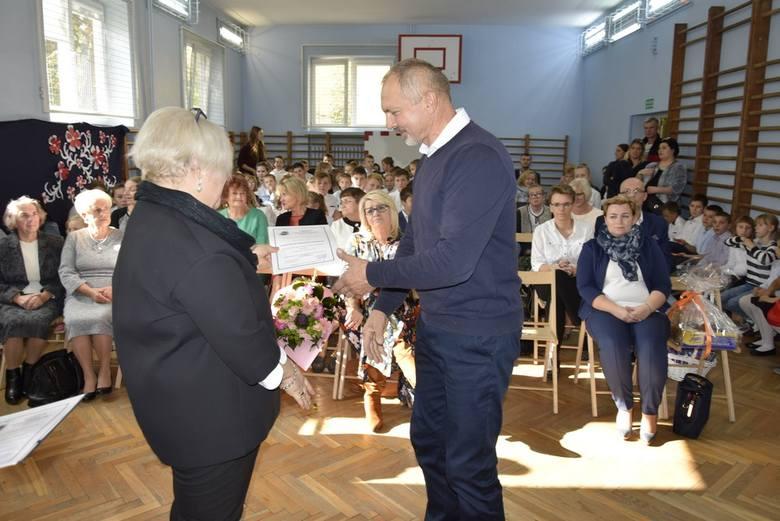 Szkoła Podstawowa nr 1 obchodziła w piątek, 11 października, Dzień Edukacji Narodowej. Dyrektor Anna Łapska wręczyła z tej okazji nagrody nauczycielom oraz pracownikom administracji szkolnej. Uczniowie przygotowali program artystyczny.