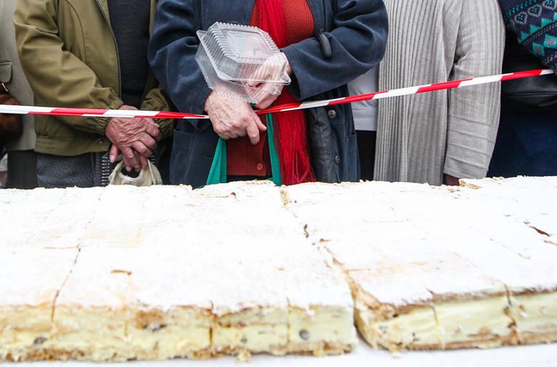 Ponad 12 tys. kremówek zjedli dzisiaj rzeszowianie. Okazją były obchody 95. rocznicy urodzin papieża Polaka.