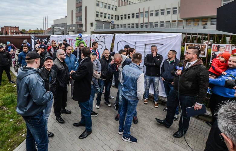 Przed szpitalem wojskowym w Bydgoszczy kibice wieszają transparenty ze słowami otuchy dla Tomka.