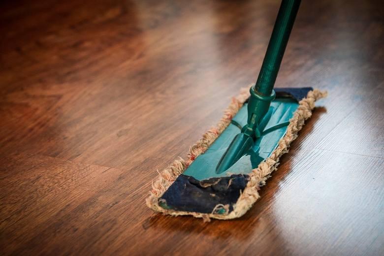 Sprzątanie mieszkania to czynność, którą robimy regularnie przez cały rok. Dla większości to przykry obowiązek, a do tego dochodzi brak czasu - praca,