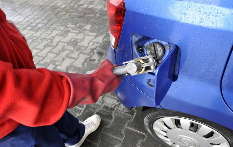 Jakość paliwa na stacjach w Łódzkiem poprawia się, ale tankowanie może się skończyć remontem silnika