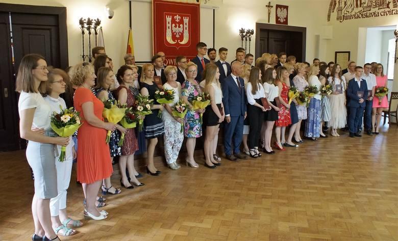 Powoli kończy się rok szkolny 2018/2019. Z tej okazji prezydent Ryszard Brejza i jego zastępca Wojciech Piniewski nagrodzili uczniów szkół podstawowych,